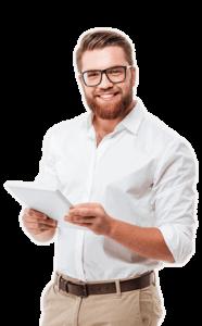 Ein zufriedener bacomedia-Kunde der seine erstellte Webseite auf einem Tablet begutachtet